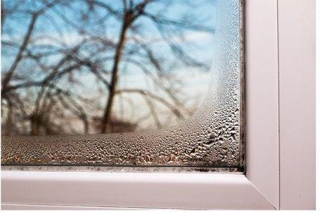 Condensation sur la fenêtre de la chambre