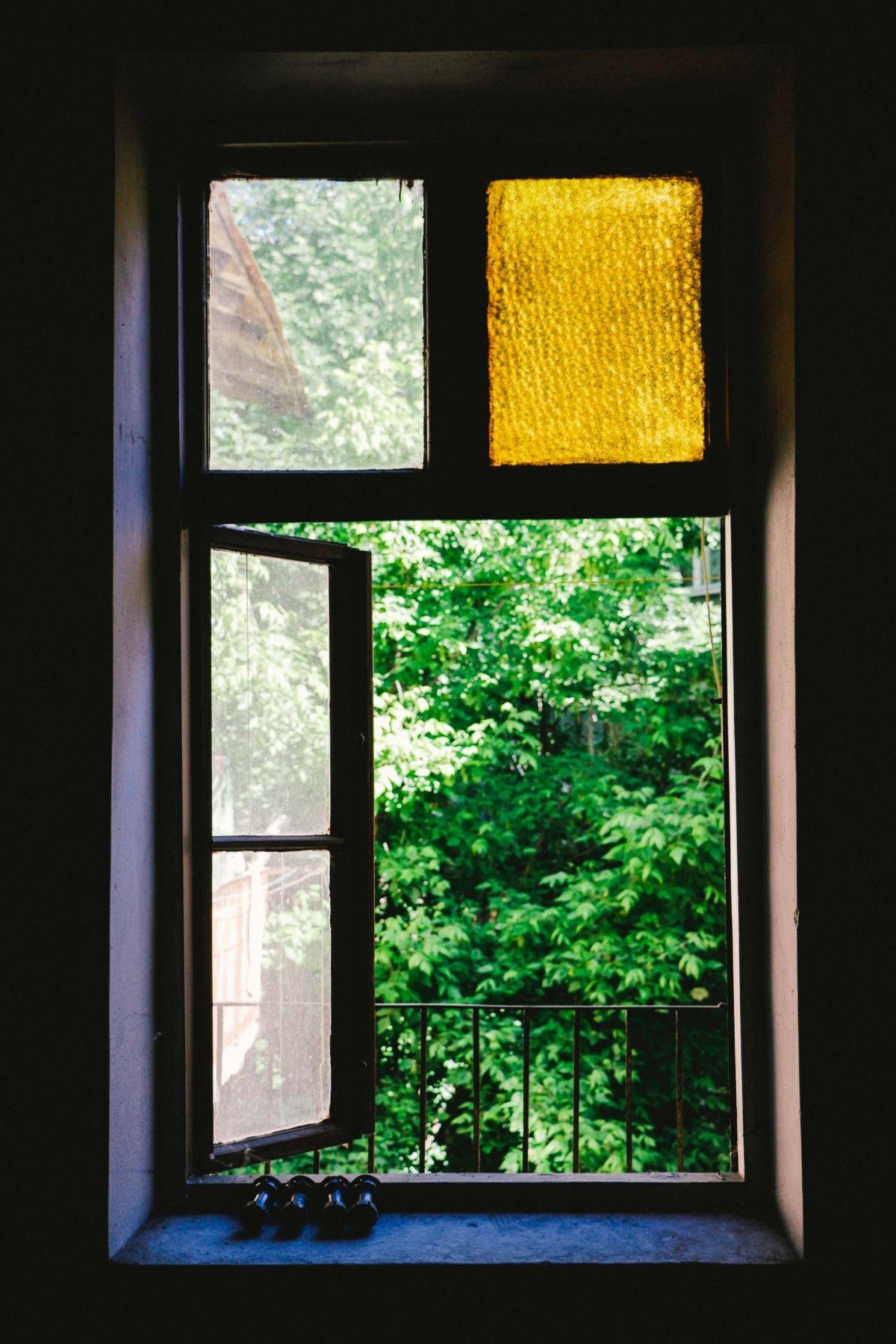 Fenêtre ouverte dans la maison