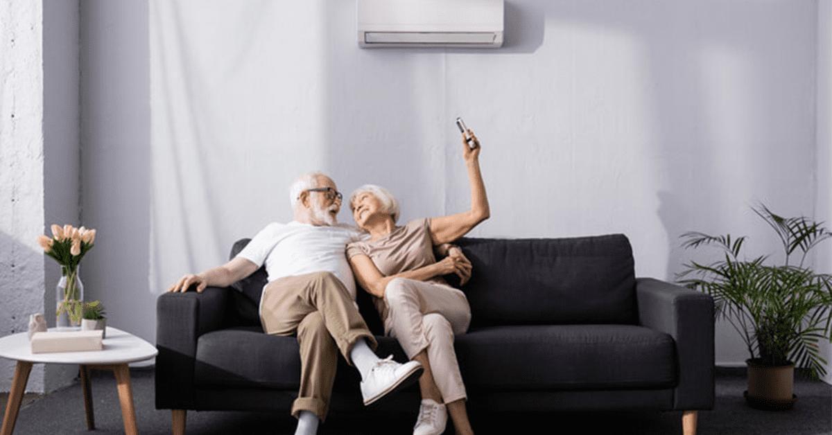 Couple âgé assis sur le siège active le système de ventilation