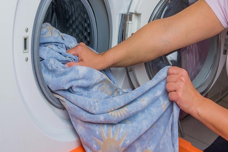 Stoffen, ingewreven met een anti-schimmelmengsel, in de wasmachine, om schimmels te verwijderen